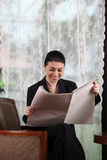 Business woman reading paper Royalty Free Stock Photography