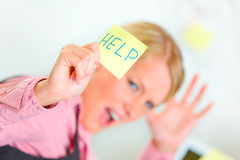 Business woman showing sticky note with help word Royalty Free Stock Photo