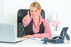 Business woman showing thumbs up gesture Royalty Free Stock Photos