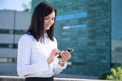 Business woman with smartphone in city Royalty Free Stock Photography