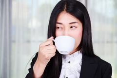 Business woman in suit drinking coffee or tea cup Royalty Free Stock Photos