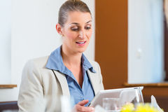 Business woman with tablet Royalty Free Stock Photography