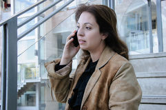 Business woman talking on cellphone Royalty Free Stock Photos