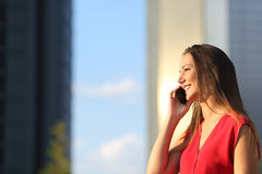 Business woman talking on the mobile phone Royalty Free Stock Photos