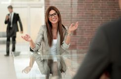 Free Business Woman Talking To A Client In A Bank Office Royalty Free Stock Photo - 125329035