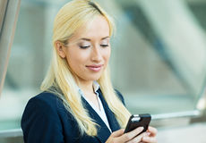 Business woman texting on smart phone Royalty Free Stock Photos