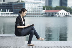 Business woman using an iPad Royalty Free Stock Photography