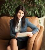 2 business woman Viktiga dokument för sikt mycket Arkivbilder