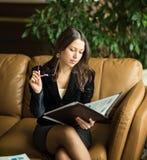 2 business woman Viktiga dokument för sikt mycket Royaltyfri Bild