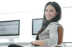 Business woman working with financial charts on computer Royalty Free Stock Photography