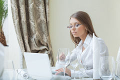 Business woman working on PC in restaurant Royalty Free Stock Photo