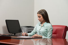 Free Business Woman Writing With Pen In Notepad Stock Photography - 73571582
