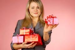 Business-woman y regalos Fotos de archivo libres de regalías