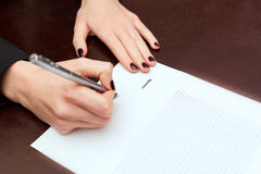 Business worker signing the contract Royalty Free Stock Images