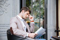 Businessan reading newspaper outdoor in cafe Stock Photography