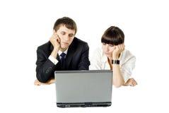 Businesscouple alesato con il computer portatile Fotografia Stock