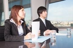Businesscouple, das oben schaut Lizenzfreie Stockfotografie