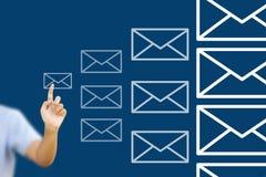 Businessgirl asiático que empuja el correo para la red social Imagen de archivo libre de regalías