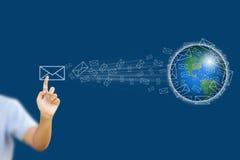 Businessgirl asiático que empuja el correo para la red social Foto de archivo