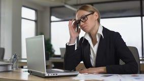 Businesslady运作在办公室的痛苦头疼,担心复杂项目 股票录像