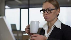 Businesslady που έχει το διάλειμμα στην αρχή, χαλαρώνοντας μετά από σκληρά να εργαστεί, κινηματογράφηση σε πρώτο πλάνο φιλμ μικρού μήκους