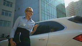 Businesslady που αισθάνεται ευτυχές μετά από την τηλεφωνική συζήτηση, επιτυχής σύμβαση, επένδυση φιλμ μικρού μήκους