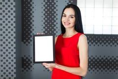 Businesslady attraente in compressa vuota di manifestazione rossa del vestito Immagine Stock Libera da Diritti