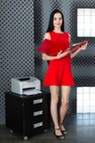 Businesslady attraenti in vestito e vetri rossi stanno vicino al Fotografie Stock