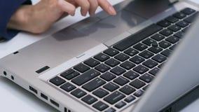 Businesslady che scrive sul computer portatile, capo vendite che lavora con i dati, primo piano delle mani archivi video