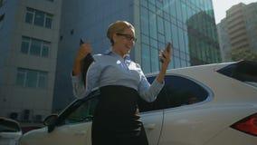 Businesslady, das mit Investition glücklich ist, liest Mitteilung der erfolgreichen Scheibe am Telefon stock footage