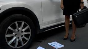 Businesslady dostaje z samochodu, kropel, nienawistnej pracy i pms, telefon i dokumenty, zdjęcia stock