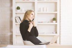 Businesslady en el teléfono usando el cuaderno Imagenes de archivo