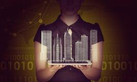 Businesslady hållande minnestavla och modell för stad 3d Royaltyfria Bilder