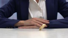 Businesslady het spelen met cryptocurrencymuntstuk, die virtueel inkomen, close-up krijgen stock footage