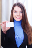 Businesslady holding a blank card Royalty Free Stock Photos