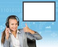 Businesslady im Stuhl und in den Kopfhörern Lizenzfreie Stockfotos