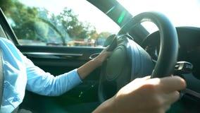 Businesslady kręcenia kierownica, jedzie biuro, ostrożny kierowca w mieście zdjęcie stock