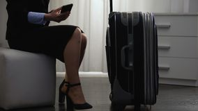 Businesslady med bagage som kommer till hotellrum och att kalla taxien som bokar service lager videofilmer