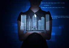 Businesslady med den minnestavla- och för stad 3d modellen Arkivbild