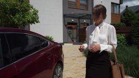 Businesslady que vai conduzir ao trabalho da casa filme