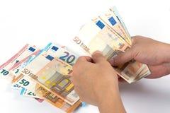 Businessman's entrega a contagem de euro- contas de dinheiro no backgro branco imagem de stock royalty free