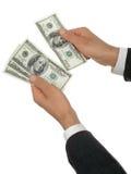Businessmanâs overhandigt Tellend Geld royalty-vrije stock fotografie