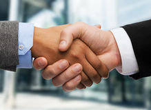 Businessman and businesswoman shaking hands Royalty Free Stock Photos