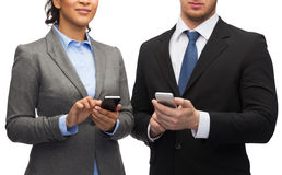 Businessman and businesswoman with smartphones Royalty Free Stock Photography