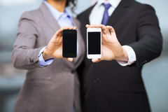 Businessman and businesswoman with smartphones Royalty Free Stock Images
