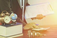 Businessman& x27; calculadora da imprensa da mão de s imagem de stock royalty free