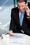 Businessman communicatng on phone Royalty Free Stock Photography