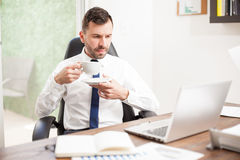 Businessman drinking coffee at the office Royalty Free Stock Images