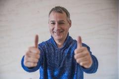 businessman face focus his ok selective showing sign thumb up Селективный фокус Стоковые Изображения
