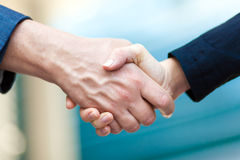 Businessman giving a hand shake Royalty Free Stock Photos
